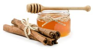 Canela del pote de la miel en un fondo blanco aislado Imagenes de archivo