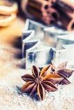 Canela e farinha do cortador da cookie de anis da estrela na placa de cozimento Chr fotos de stock royalty free
