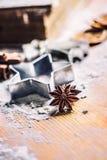 Canela e farinha do cortador da cookie de anis da estrela na placa de cozimento Chr imagens de stock royalty free