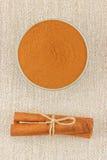 Canela en polvo en palillos del cuenco y de canela imagen de archivo libre de regalías