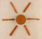 Canela en polvo en palillos del cuenco y de canela Fotografía de archivo libre de regalías
