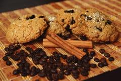 Canela, galletas y granos de café Fotos de archivo libres de regalías