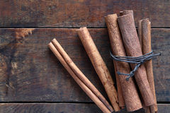 Canela seca na madeira Fotos de Stock Royalty Free