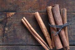 Canela seco en la madera Fotos de archivo libres de regalías