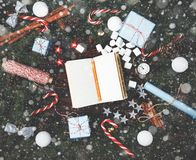 Canela v del cono del pino de las ramas del abeto de la composición del Año Nuevo de la Navidad Fotos de archivo libres de regalías