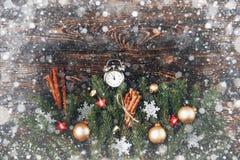 Canela v del cono del pino de las ramas del abeto de la composición del Año Nuevo de la Navidad Foto de archivo libre de regalías