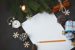 Canela v del cono del pino de las ramas del abeto de la composición del Año Nuevo de la Navidad Fotografía de archivo