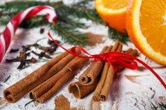 Canela y naranjas para la Navidad imagen de archivo