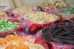 Canestri assortiti della frutta secca da vendere nel mercato Immagine Stock Libera da Diritti