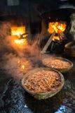 Canestri bolliti del gamberetto Frutti di mare che elaborano al mercato ittico in Quy Nhon, Vietnam del sud Immagine Stock