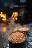 Canestri bolliti del gamberetto Frutti di mare che elaborano al mercato ittico in Quy Nhon, Vietnam del sud Fotografie Stock Libere da Diritti