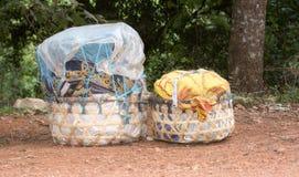 Canestri dei raccolti lasciati su una strada rurale in Tanzania Immagini Stock