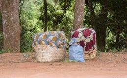 Canestri dei raccolti lasciati su una strada rurale in Tanzania Fotografia Stock