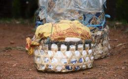 Canestri dei raccolti lasciati su una strada rurale in Tanzania Fotografie Stock