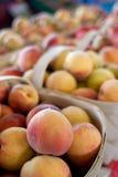 Canestri del mercato maturo di Peaches For Sale At Farmers Fotografia Stock Libera da Diritti