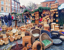 Canestri della paglia ed altri ricordi al mercato di Natale di Riga Fotografie Stock Libere da Diritti