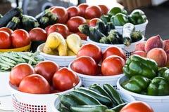 Canestri delle verdure al mercato degli agricoltori Immagini Stock