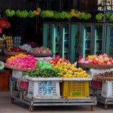 Canestri di frutta sul contatore, commerciale in un mercato di Sud-est asiatico fotografie stock