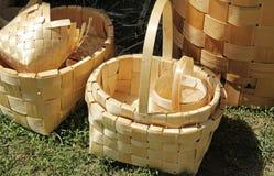 Canestri di vimini fatti dalla corteccia di betulla con le mani fatte Fotografie Stock