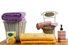 Canestri di vimini in pieno degli asciugamani colorati puliti Immagini Stock