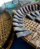 Canestri e pesce essiccato di bambù Fotografia Stock Libera da Diritti