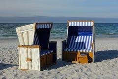 Canestri prendenti il sole vuoti sulla spiaggia vuota Immagine Stock