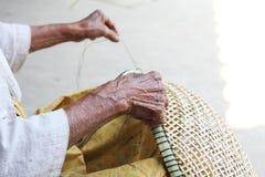 Canestri tailandesi del bambù di tessitura della donna anziana fotografia stock libera da diritti