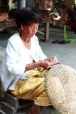 Canestri tailandesi del bambù di tessitura della donna anziana immagine stock libera da diritti