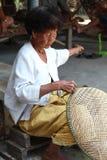 Canestri tailandesi del bambù di tessitura della donna anziana immagini stock libere da diritti