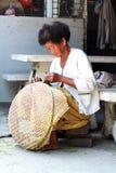 Canestri tailandesi del bambù di tessitura della donna anziana fotografie stock libere da diritti
