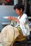 Canestri tailandesi del bambù di tessitura della donna anziana Fotografia Stock
