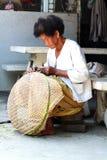 Canestri tailandesi del bambù di tessitura della donna anziana fotografie stock