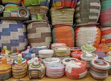 Canestri tessuti Colourful sulla vendita ad un mercato Mediterraneo fotografia stock