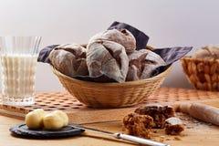 Canestro al forno con i panini della segale sulla tavola di legno Fotografia Stock