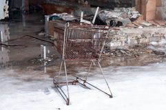 Canestro arrugginito e mobilia rotta in negozio distrutto in Pripyt, Cernobyl fotografia stock