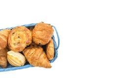 Canestro blu dell'assortimento dell'alimento di prima colazione delle pasticcerie sullo spazio bianco della copia Fotografia Stock Libera da Diritti