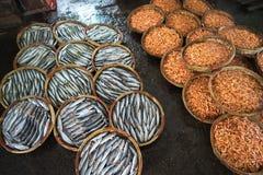 Canestro bollito del gamberetto e del pesce Frutti di mare che elaborano al mercato ittico in Quy Nhon, Vietnam del sud Fotografia Stock