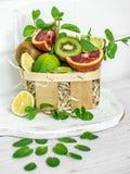 canestro con frutta mista Immagine Stock