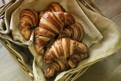Canestro con i croissant Immagine Stock