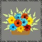Canestro con i fiori Gerbere e camomille su fondo grigio Fotografia Stock Libera da Diritti
