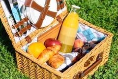 Canestro con i frutti, Juice And Croissants di picnic Fotografie Stock