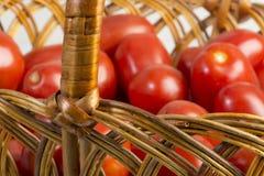 Canestro con i pomodori freschi maturi Immagini Stock