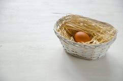 Canestro con l'uovo beige Fotografia Stock Libera da Diritti
