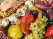 Canestro con la frutta e le verdure di autum fotografia stock