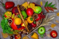 Canestro con la frutta ed il punto di vista superiore delle verdure Fotografia Stock Libera da Diritti