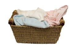 Canestro con la lavanderia contro Fotografie Stock Libere da Diritti