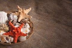 Canestro con le coperture e le stelle marine fotografie stock