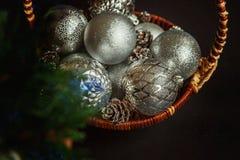 Canestro con le decorazioni di Natale su fondo nero Fotografia Stock