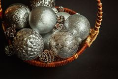 Canestro con le decorazioni di Natale su fondo nero Immagine Stock Libera da Diritti
