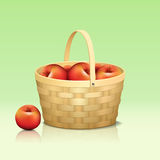 Canestro con le mele rosse e la riflessione Fotografia Stock